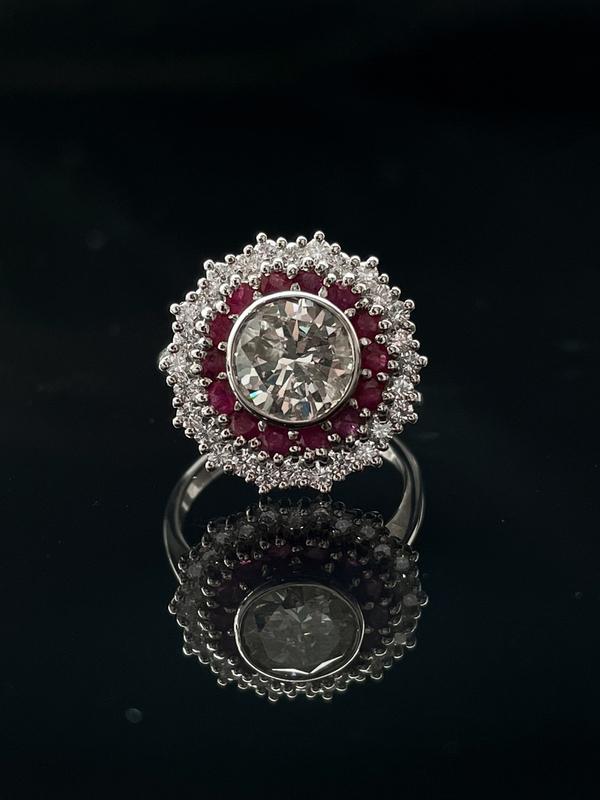 Bague diamant et double entourage rubis & brillants