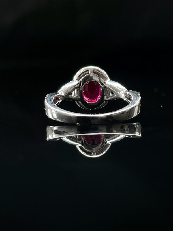 Bague rubis et entourage diamants