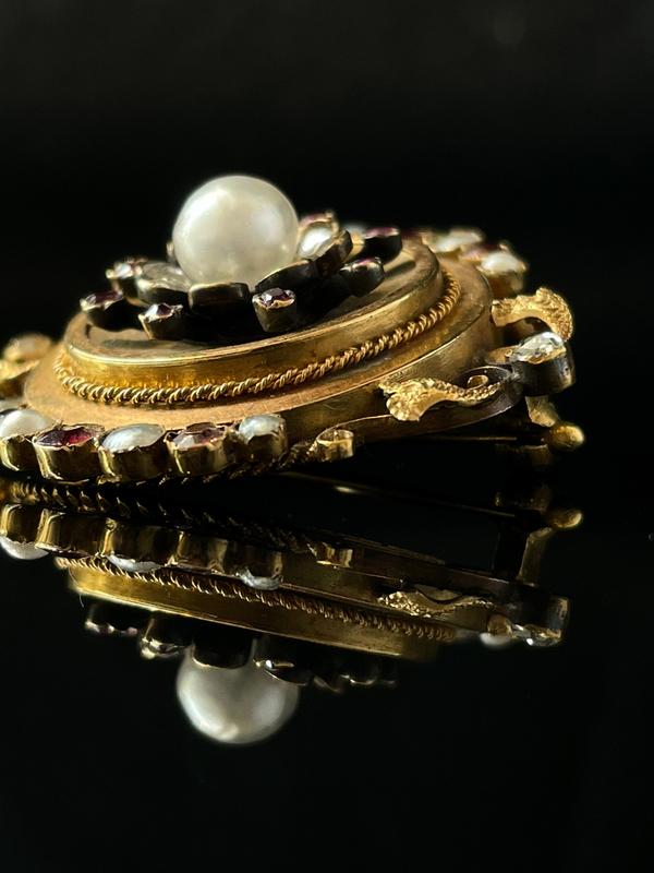 Broche perles, rubis et diamants