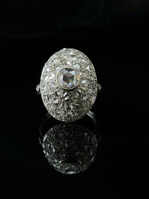 Bague dôme entourage diamants